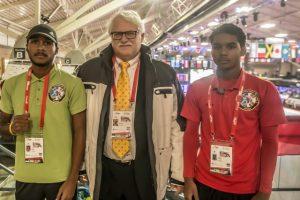 TBN voorzitter Fred Buitenhuis met Zayhon en Jourde Klaber van Aruba.